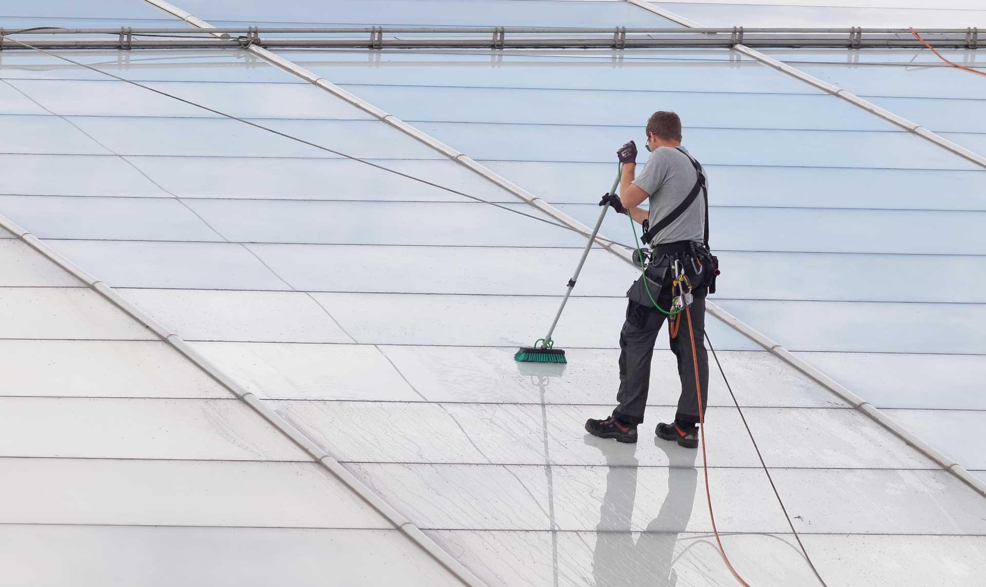Les toitures de verre nécessitent un entretien qui devrait être réguilier pour maintenir sa splendeur. Cela est rendu possible à moindre cout grace aux Aerial Machine (drones)