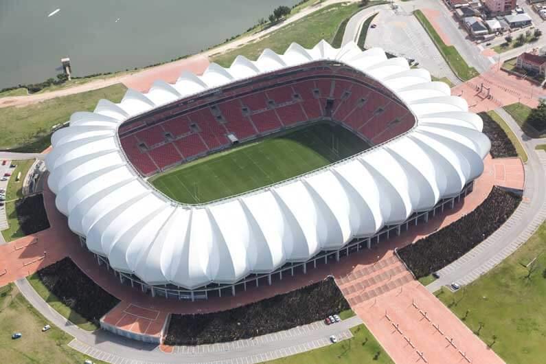 Les stades sont des bons exemples d'edifice complexes où les Aerial Machine (drones) peuvent permettre à l'entretien des toitures